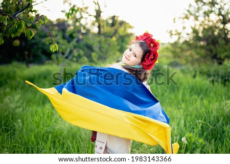 Ukraine's Independence Flag Day. Constitution day. Ukrainian child girl in embroidered shirt vyshyvanka with yellow and blue flag of Ukraine in field. flag symbols of Ukraine. Kyiv, Kiev day Foto stock ©