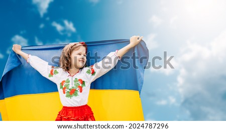 Ukraines Independence Flag Day. Constitution day. Ukrainian child girl in embroidered shirt vyshyvanka with yellow and blue flag of Ukraine in field. flag symbols of Ukraine. Kyiv, Kiev day Foto stock ©