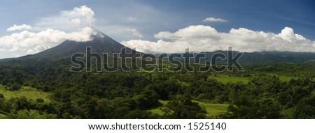 Um panorama do vulcão de Arenal em Costa-Rica. - stock photo