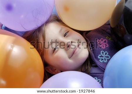 una piccola ragazza circondata con gli aerostati - stock photo