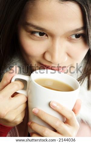Une belle jeune femme tenant une tasse de boisson chaude - stock photo