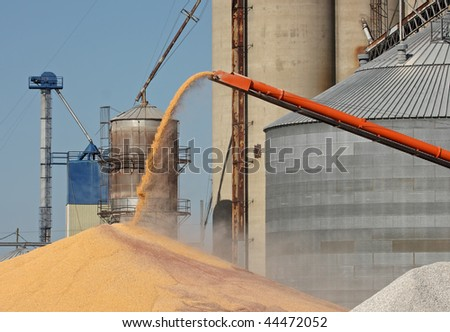 Unloading corn from an auger into a pile