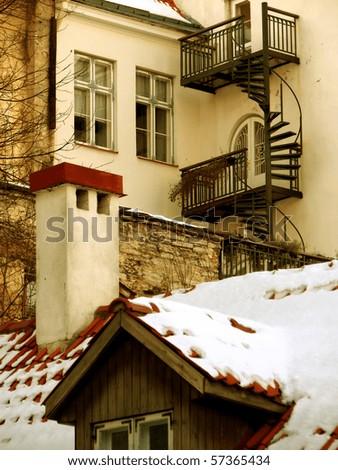 Urban view: cozy wintry backyard
