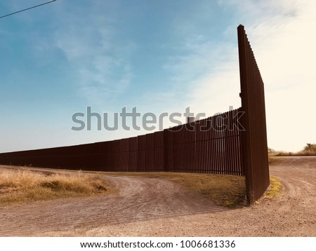 US Mexican border wall Texas #1006681336