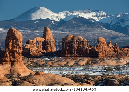 USA, Utah. Turret Arch and the snow-covered LaSal Mountains. Arches National Park. Foto stock ©