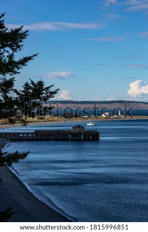 USA, Washington State, Port Townsend. Cove and Fort Worden Lighthouse Stockfoto ©