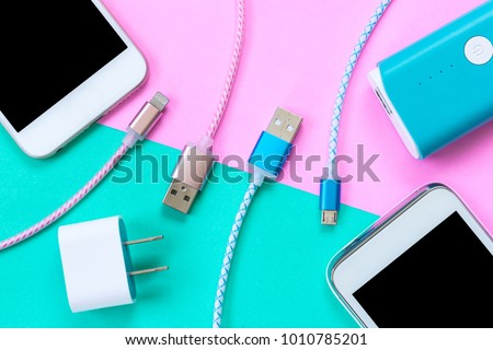 USB charging cables for smartphone and tablet in top view Foto stock ©