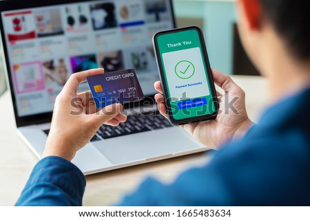 using smartphone and credit card online shopping Foto stock ©