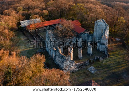 Vértesszentkereszt, Hungary - Aerial view about former benedictine monastery and church ruins. Hiding in the woods between Oroszlány and Pusztavám. Romanesque age architecture. Foto d'archivio ©