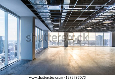 Vacant office space offering views of the city. Open ceiling showing ventilation system. Shot just after construction was completed on a late winter afternoon in downtown Montreal, Quebec, Canada. Imagine de stoc ©