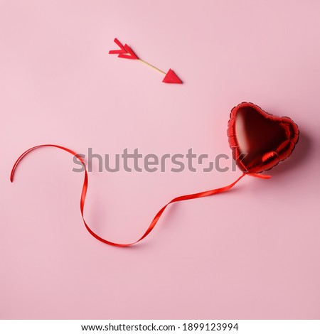 Valentine layout made with cupid arrow and heart shaped balloon on pink background. Minimal love concept. Flay lay, top view. Foto stock ©