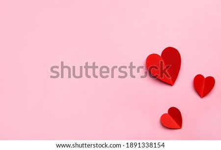 Valentine's Day pink background with red hearts shape. Copy space, space for text. Mockup template for design. Foto stock ©
