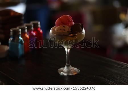 vanilla, strawberry, lemon, pistachio ice cream (Vanilyali, cilekli, antep fistikli, limonlu dondurma) (Karisik Dondurma Tabagi) (Kulahta Dondurma)  Stok fotoğraf ©