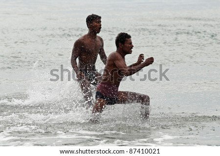VARCALA, INDIA - JANUARY 11 : Unidentified fishermen catch fish without any tackle  on the beach in Varcala, January 11 2007 ,Varcala, India.