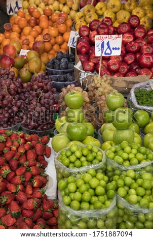 Varieties of Organic Spring Fruits in a Traditional Daily Market in Tehran. Translation of Price Tags: Grapes of Shahroud City, 15000 Tomans - Black Plumes, 15000 Tomans - Bloody Oranges 8500 Tomans Imagine de stoc ©