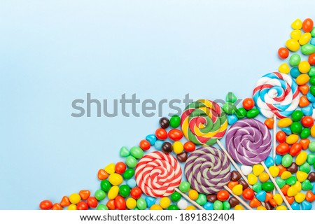 Various sweets assortment. Candy, bonbon and lollipop on blue background. Top view flat lay with copy space Stock foto ©