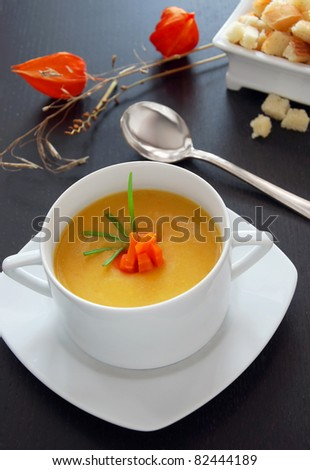 Vegetable cream soup with croutons