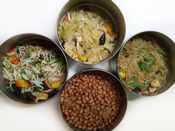 Vegetarian cuisine using vegetables, bean sprouts, pickles, tofu, beans, mushrooms, and glass noodles for cooking.  Do not add meat, eggs or some types of pungent vegetables.