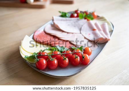 vegetarische wurst und k?se platte mit rispentomaten zum brunch oder fr?hst?ck Stock foto ©
