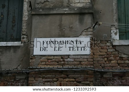Venice, typical road sign called 'nizioleto', with the inscription: 'Fondamenta delle tette', means 'Foundation of the breasts' Stock fotó ©