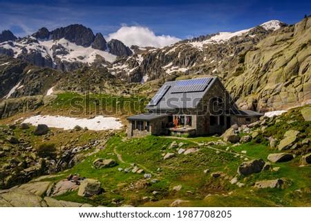 Ventosa i Calvell Hut in summer (Boí Valley, Catalonia,. Pyrenees, Spain) ESP: Refugio Ventosa i Calvell en verano (Valle de Boí, Cataluña, España, Pirineos) Foto stock ©