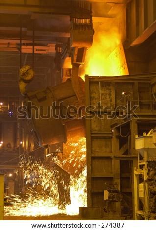Verser en fusion d'acier. - stock photo