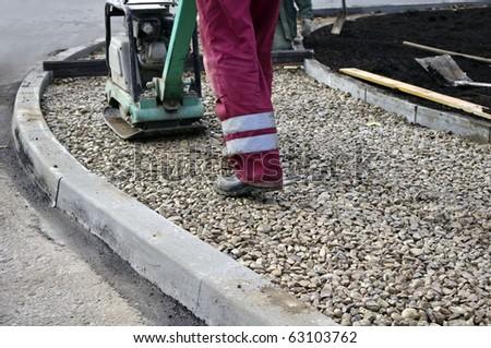 Vibrating machine for repairing asphalt and worker