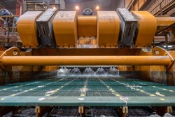 Vibrating screen, ore washing with liquid. The liquid is poured out in a fan-like stream from special nozzles.