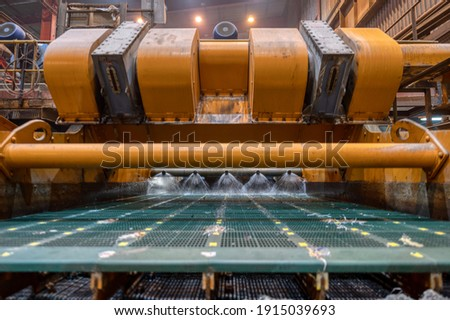 Vibrating screen, ore washing with liquid. The liquid is poured out in a fan-like stream from special nozzles. Foto d'archivio ©