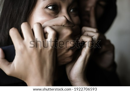 Victim young woman get shock and terrified when bad guy use hand close her mouth for stop scream Dangerous man want to abducted her for ransom Kidnap asian girl is one of victim of human trafficking Foto stock ©