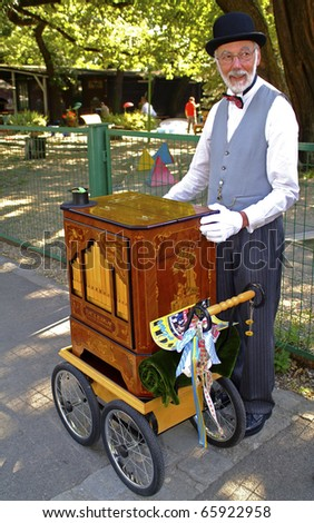 VIENNA, AUSTRIA - SEPTEMBER 2: Unidentified musician with on a barrel organ (hurdy gurdy)  in the yearly meeting for organ grinders in the Bohemian Prater on September 02, 2006 in Vienna, Austria
