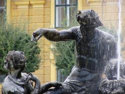 Vienna Schonbrun castle statue