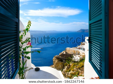 View from a window overlooking the sea, caldera and whitewashed village of Oia on the island of Santorini Greece. Foto stock ©
