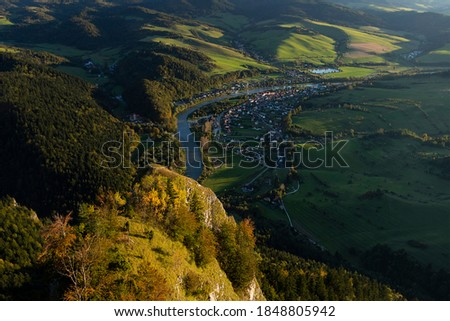 View from the top of Trzy Korony in the Polish Pienins. Below, the village of Sromowne Nizne on the Dunajec River (state border between Poland and Slovakia) and the historic Slovak Red Monastery Zdjęcia stock ©