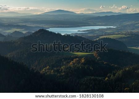 View from the top of Trzy Korony towards Lake Czorsztyn and Babia Gora, the highest peak of the Polish Beskids Zdjęcia stock ©