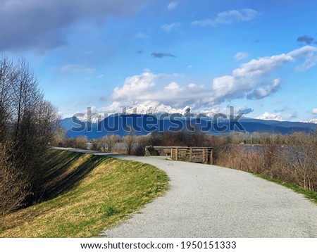 View from Traboulay Poco Trail, Golden Ears Mountain and Pitt River. Foto stock ©