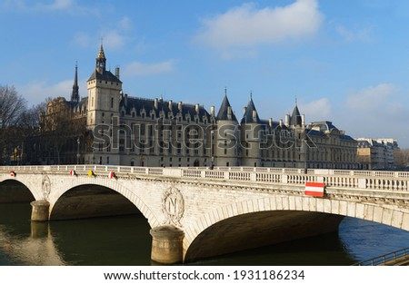 View of Conciergerie Castle and Bridge of Change over river Seine. Castle Conciergerie is a former prison, located on west of the Cite Island. Paris, France Photo stock ©
