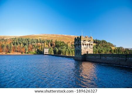 View of Derwent Dam and Reservoir, Peak District National Park, Derbyshire, UK. Derwent Reservoir is the middle of three reservoirs in the Upper Derwent Valley in the north-east of Derbyshire, England Foto d'archivio ©