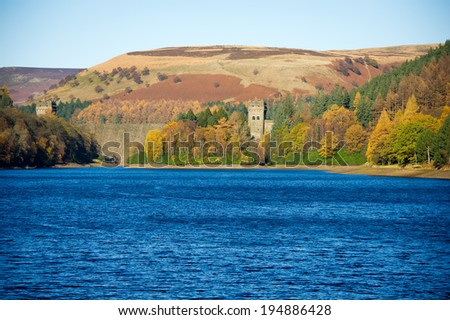 View of Howden Dam and Reservoir, Peak District National Park, Derbyshire, UK. Howden Reservoir is the top one of three reservoirs in the Upper Derwent Valley in the north-east of Derbyshire, England. Foto d'archivio ©