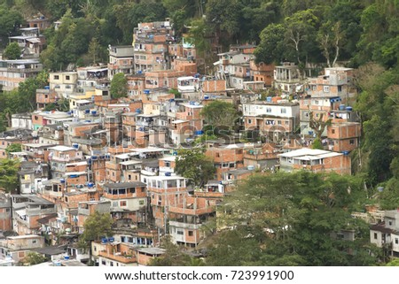 View of part of the Favela Chapéu Mangueira and residential buildings, in the district Leme, Rio de Janeiro. Foto stock ©