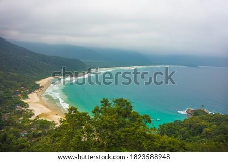 View of Praia do Aventureiro (Aventureiro Beach) at Ilha Grande, from the Sundara Viewpoint - Ilha Grande, Angra dos Reis, Brazil Foto stock ©