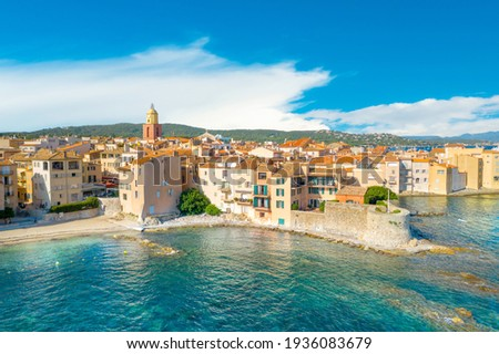 View of the city of Saint-Tropez, Provence, Cote d'Azur, a popular destination for travel in Europe Foto stock ©