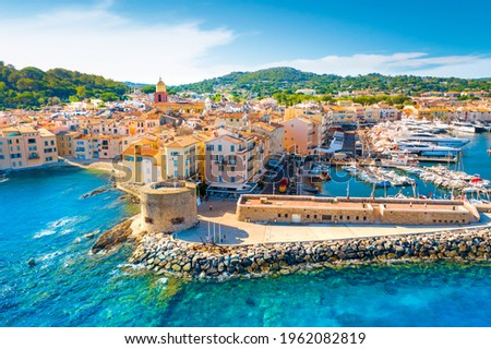 View of the city of Saint-Tropez, Provence, Cote d'Azur, a popular travel destination in Europe Foto stock ©
