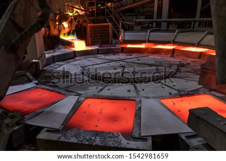 View of the copper casting to the molds in the smelting of the industrial plant. Smelting is a process of applying heat to ore in order to extract a base metal. Foto stock ©