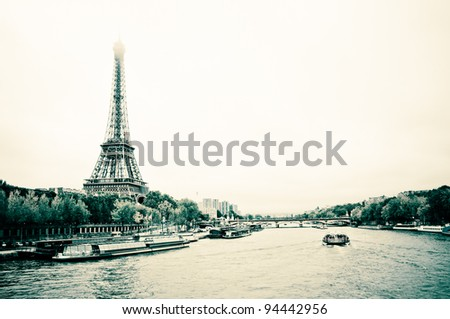 """View of the Eiffel Tower and bridge """"Pont d'léna"""" from the Passerelle Debilly in Paris - stock photo"""