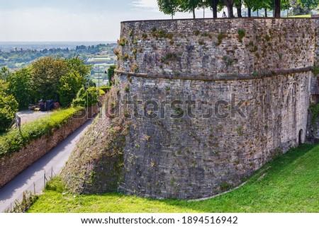 View of the famous Venetian walls in Bergamo (Citta Alta) in northern Italy. Bergamo is a city in the alpine Lombardy region. Foto d'archivio ©