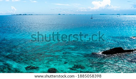 View of the hotel district of Cancun from the southern point of Isla Mujeres. Foto stock ©