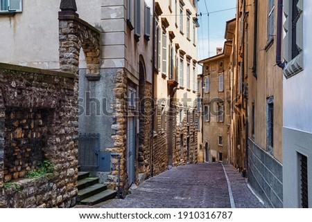 View of the old historic streets in Upper Bergamo (Citta Alta). Bergamo is a city in the alpine Lombardy region of northern Italy. Foto d'archivio ©