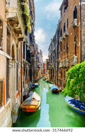 View of the Rio de S. Cassan Canal (Rio di San Cassiano) and boats in Venice, Italy. The Ponte delle Tette (Bridge of the Tits) is visible in background. Venice is a popular tourist destination. Stock fotó ©