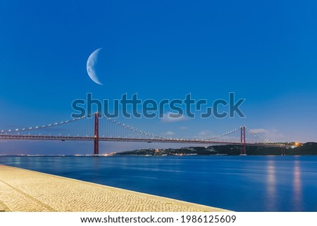 View of the 25th of April Bridge (25 de Abril in portuguese) at blue time   Foto stock ©